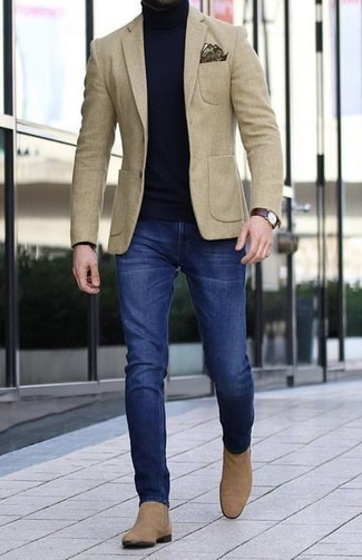 Dunkelbraune Lederuhr kombinieren – 500+ Herren Outfits: Kombinieren Sie ein hellbeige Sakko mit einer dunkelbraunen Lederuhr für einen entspannten Wochenend-Look. Ergänzen Sie Ihr Outfit mit beige Chelsea Boots aus Wildleder, um Ihr Modebewusstsein zu zeigen.