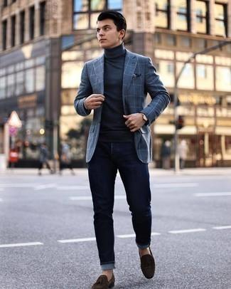 Silbernes Armband kombinieren – 500+ Herren Outfits: Erwägen Sie das Tragen von einem dunkelgrauen Sakko mit Karomuster und einem silbernen Armband für einen entspannten Wochenend-Look. Schalten Sie Ihren Kleidungsbestienmodus an und machen dunkelbraunen Wildleder Slipper mit Quasten zu Ihrer Schuhwerkwahl.