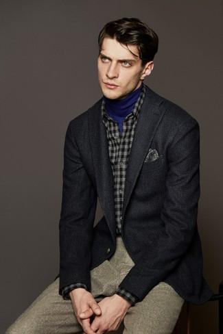 dunkelgraues Wollsakko, blauer Rollkragenpullover, graues Flanell Langarmhemd mit Karomuster, hellbeige Wollanzughose für Herren