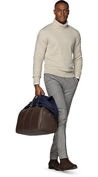 Dunkelbraune Leder Reisetasche kombinieren: Entscheiden Sie sich für Komfort in einem dunkelblauen Wollsakko und einer dunkelbraunen Leder Reisetasche. Dunkelbraune Chelsea-Stiefel aus Wildleder putzen umgehend selbst den bequemsten Look heraus.