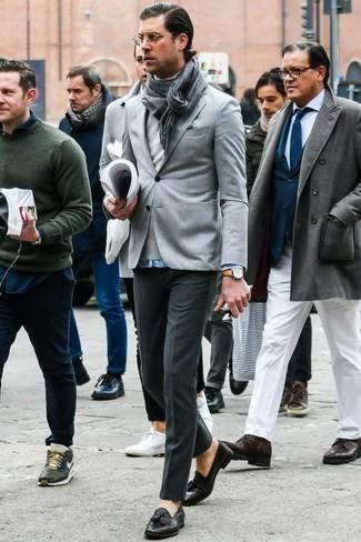 Grauen Rollkragenpullover kombinieren: trends 2020: Erwägen Sie das Tragen von einem grauen Rollkragenpullover und einer dunkelgrauen Anzughose, um vor Klasse und Perfektion zu strotzen. Komplettieren Sie Ihr Outfit mit schwarzen Leder Slippern.