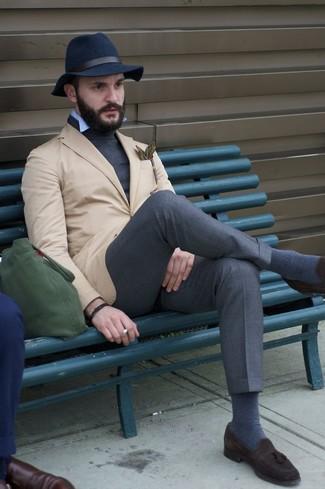 Wie kombinieren: beige Sakko, dunkelgrauer Rollkragenpullover, hellblaues Langarmhemd, dunkelgraue Anzughose