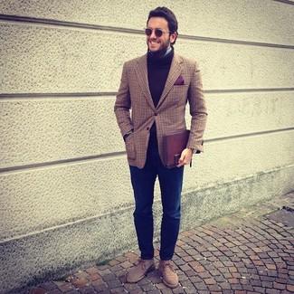 Wie kombinieren: braunes Sakko mit Schottenmuster, brauner Wollrollkragenpullover, hellblaues Langarmhemd, dunkelblaue Jeans
