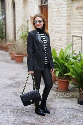 Wie kombinieren: schwarzes Sakko, schwarzer und weißer horizontal gestreifter Rollkragenpullover, schwarze Lederleggings, schwarze Chelsea-Stiefel aus Leder