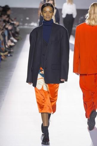 schwarzes Sakko, dunkelblauer Rollkragenpullover, orange bedruckter Midirock, schwarze Leder Oxford Schuhe für Damen