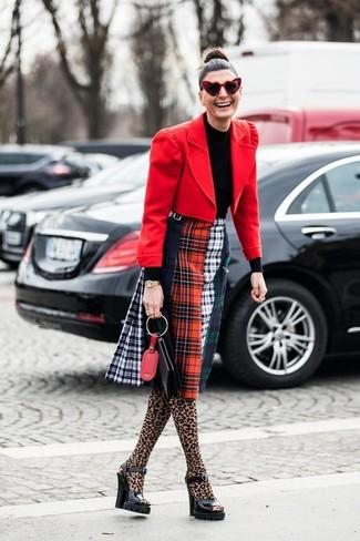 Wie kombinieren: rotes Wollsakko, schwarzer Rollkragenpullover, mehrfarbiger Midirock mit Schottenmuster, schwarze klobige Leder Sandaletten