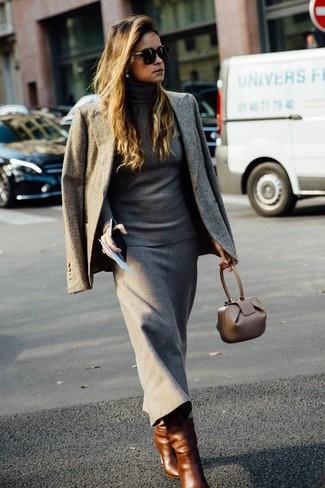 Wie kombinieren: graues Sakko, grauer Rollkragenpullover, grauer Wollmidirock, braune Leder mittelalte Stiefel