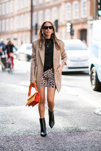 Wie kombinieren: beige Sakko, schwarzer Rollkragenpullover, hellbeige Radlerhose mit Leopardenmuster, schwarze Leder Stiefeletten