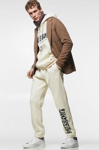 Trainingsanzug kombinieren – 114 Herren Outfits: Entscheiden Sie sich für einen Trainingsanzug und ein braunes Strick Wollsakko für ein sonntägliches Mittagessen mit Freunden. Komplettieren Sie Ihr Outfit mit weißen Segeltuch niedrigen Sneakers.
