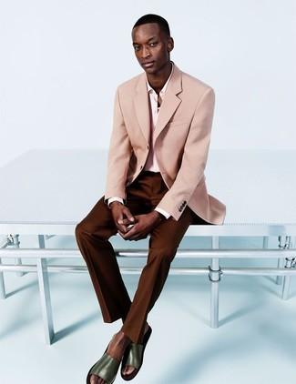 Wie kombinieren: rosa Sakko, rosa Businesshemd, dunkelbraune Anzughose, olivgrüne Ledersandalen