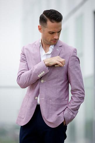 Wie kombinieren: rosa Sakko, weißes Langarmhemd, dunkelblaue Chinohose, hellbeige Einstecktuch