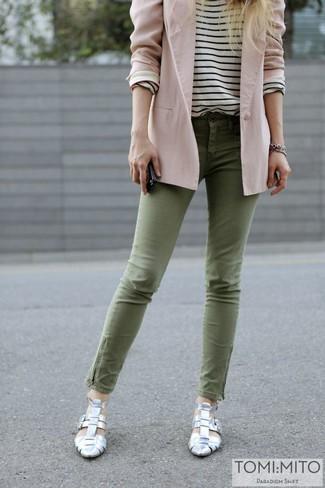 Wie kombinieren: rosa Sakko, weißes und schwarzes horizontal gestreiftes Langarmshirt, olivgrüne enge Jeans, silberne Pumps