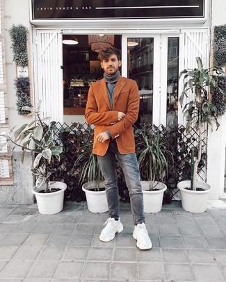 Wie kombinieren: rotbraunes Sakko, grauer Rollkragenpullover, graue Jeans, weiße Sportschuhe