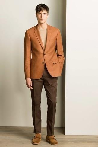 Braune Doppelmonks aus Wildleder kombinieren – 193 Herren Outfits: Kombinieren Sie ein rotbraunes Sakko mit einer dunkelbraunen Anzughose für eine klassischen und verfeinerte Silhouette. Braune Doppelmonks aus Wildleder sind eine großartige Wahl, um dieses Outfit zu vervollständigen.