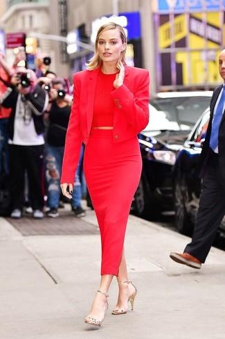 Wie kombinieren: rotes Sakko, rotes kurzes Oberteil, roter Midirock, goldene Leder Sandaletten