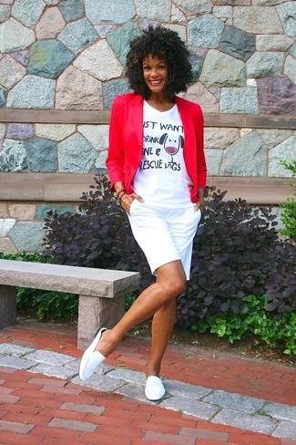 Wie kombinieren: rotes Sakko, weißes bedrucktes T-Shirt mit einem V-Ausschnitt, weiße Shorts, weiße Leder Slipper