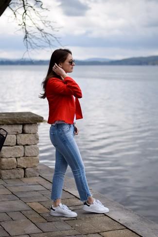 Wie kombinieren: rotes Sakko, weißes Trägershirt, hellblaue Jeans, weiße und schwarze Leder niedrige Sneakers