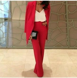 Wie kombinieren: rotes Sakko, weißes Seide Trägershirt, rote weite Hose, schwarze und weiße vertikal gestreifte Clutch
