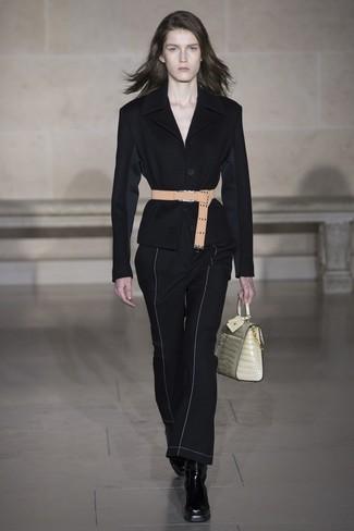 schwarzes Sakko, schwarze Schlaghose, schwarze Leder Stiefeletten, hellbeige Satchel-Tasche aus Leder für Damen