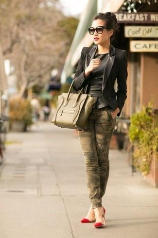 Olivgrüne Satchel-Tasche aus Leder kombinieren: Um ein aufregenden Freizeit-Outfit zu erzielen, erwägen Sie das Tragen von einem schwarzen Ledersakko und einer olivgrünen Satchel-Tasche aus Leder. Vervollständigen Sie Ihr Look mit roten Wildleder Pumps.