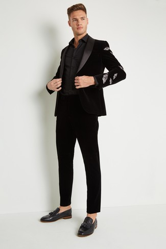 Wie kombinieren: schwarzes Samtsakko, schwarzes Businesshemd, schwarze Anzughose aus Samt, schwarze Samt Slipper mit Quasten