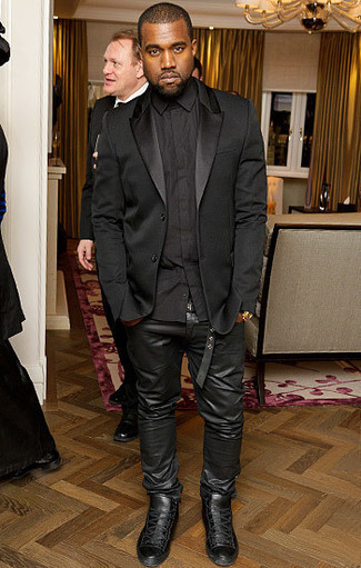 Kanye West trägt Schwarzes Seidesakko, Schwarzes Businesshemd, Schwarze Lederjeans, Schwarze Hohe Sneakers aus Leder