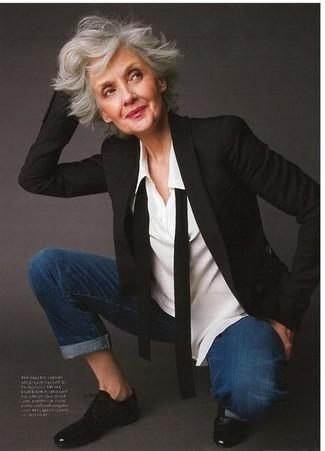 Schwarzes Sakko kombinieren – 8 Damen Outfits: Paaren Sie ein schwarzes Sakko mit dunkelblauen Jeans für einen großartigen Alltags-Look. Fühlen Sie sich mutig? Wählen Sie schwarzen Leder Oxford Schuhe.