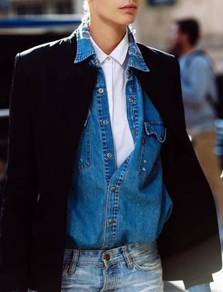Wie kombinieren: schwarzes Sakko, weißes Businesshemd, blaues Jeanshemd, blaue Jeans