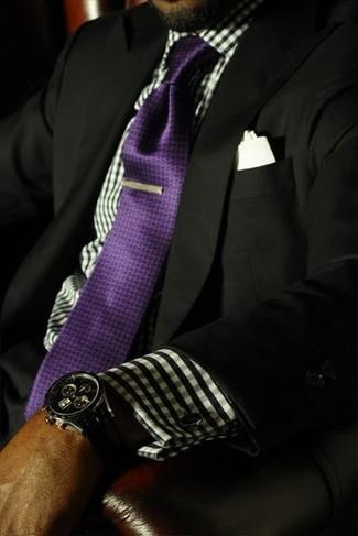 Violette Seidekrawatte kombinieren – 13 Herren Outfits: Kombinieren Sie ein schwarzes Sakko mit einer violetten Seidekrawatte für eine klassischen und verfeinerte Silhouette.