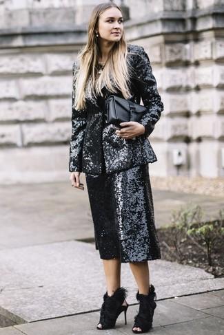 Wie kombinieren: schwarzes Paillettesakko, schwarzer Hosenrock aus Paillette, schwarze Pelz Sandaletten, schwarze Leder Clutch