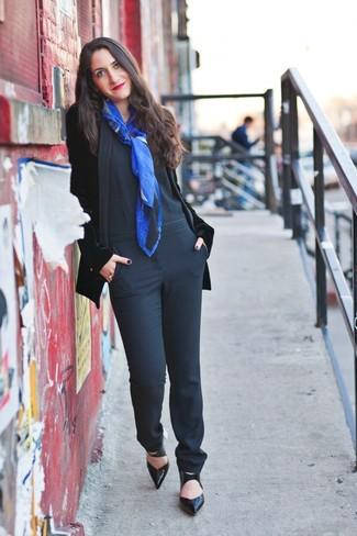 schwarzes Samtsakko, schwarzer Jumpsuit, schwarze Leder Pumps, blauer bedruckter Schal für Damen