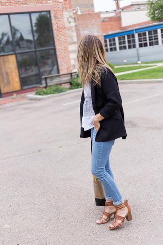 Wie kombinieren: schwarzes Sakko, weiße Kurzarmbluse aus Spitze, hellblaue enge Jeans, braune Leder Sandaletten