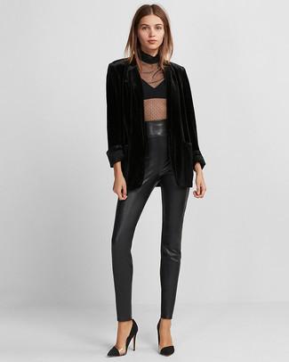 Schwarze Chiffon Langarmbluse kombinieren: trends 2020: Wenn Sie ein aufregenden Casual-Outfit zaubern möchten, bleiben eine schwarze Chiffon Langarmbluse und eine schwarze enge Hose aus Leder ein ewiger Klassiker. Ergänzen Sie Ihr Look mit schwarzen Wildleder Pumps.