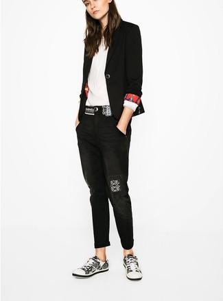Weiße und schwarze niedrige Sneakers kombinieren – 1087+ Damen Outfits: Vereinigen Sie ein schwarzes Sakko mit schwarzen Boyfriend Jeans, umeinen legeren Look zu erzielen, der in der Garderobe der Frau auf keinen Fall fehlen darf. Suchen Sie nach leichtem Schuhwerk? Wählen Sie weißen und schwarzen niedrige Sneakers für den Tag.