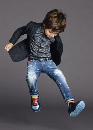 Wie kombinieren: schwarzes Sakko, blaues Langarmhemd, blaue Jeans, dunkelblaue Turnschuhe