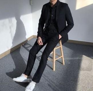30 Jährige: Schwarze Chinohose kombinieren: trends 2020: Kombinieren Sie ein schwarzes Sakko mit einer schwarzen Chinohose für Drinks nach der Arbeit. Wenn Sie nicht durch und durch formal auftreten möchten, vervollständigen Sie Ihr Outfit mit weißen niedrigen Sneakers.
