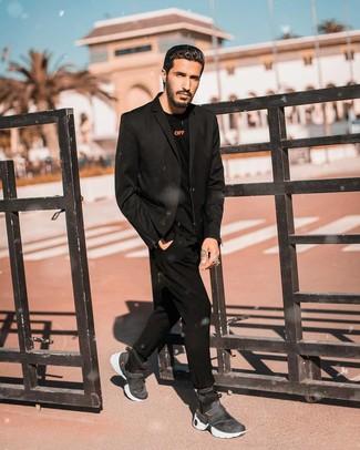 Wie kombinieren: schwarzes Sakko, schwarzes Langarmshirt, schwarze Chinohose, dunkelgraue hohe Sneakers