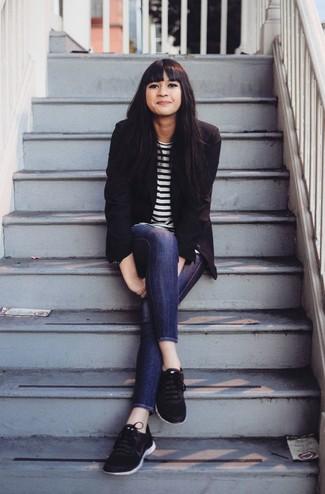 Wie kombinieren: schwarzes Sakko, weißes und schwarzes horizontal gestreiftes Langarmshirt, dunkelblaue enge Jeans, schwarze Sportschuhe