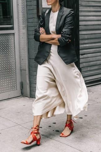 Wie kombinieren: schwarzes Sakko, weißes Seide Maxikleid, rote Leder Sandaletten, schwarze Satchel-Tasche aus Leder