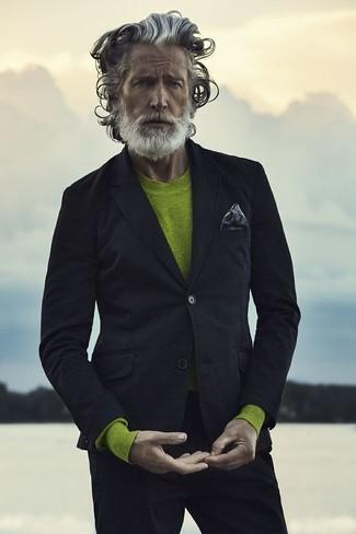 Wie kombinieren: schwarzes Sakko, gelbgrüner Pullover mit einem Rundhalsausschnitt, schwarze Chinohose, dunkelgraues bedrucktes Einstecktuch