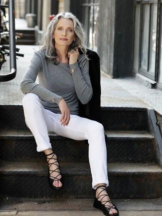 50 Jährige: Outfits Damen 2020: Um einen unkompliziertfen aber stilvollen Casual-Look zu schaffen, tragen Sie ein schwarzes Sakko und eine weiße Chinohose. Fühlen Sie sich ideenreich? Entscheiden Sie sich für schwarzen Römersandalen aus Leder.