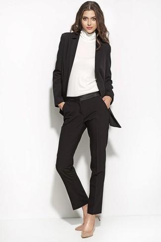 schwarzes Sakko, weißer Rollkragenpullover, schwarze Anzughose, beige Wildleder Pumps für Damen