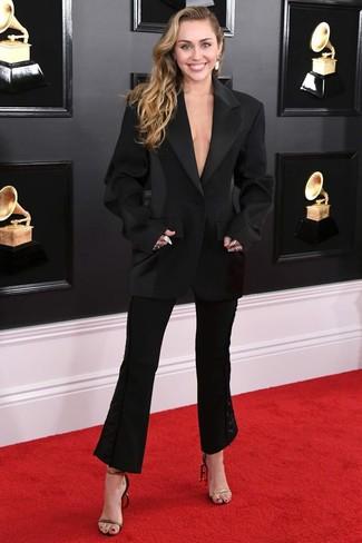 Schwarze Schlaghose kombinieren – 40 Damen Outfits: Probieren Sie die Kombination aus einem schwarzen Sakko und einer schwarzen Schlaghose, um ein glamuröses Casual-Outfit zu schaffen. Schwarze und goldene Leder Sandaletten sind eine perfekte Wahl, um dieses Outfit zu vervollständigen.