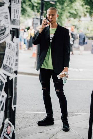 Wie kombinieren: schwarzes Sakko, grünes bedrucktes T-Shirt mit einem Rundhalsausschnitt, schwarze enge Jeans mit Destroyed-Effekten, schwarze klobige Leder Derby Schuhe