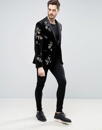Wie kombinieren: schwarzes besticktes Samtsakko, schwarzes T-Shirt mit einem Rundhalsausschnitt, schwarze Chinohose, schwarze Leder Derby Schuhe