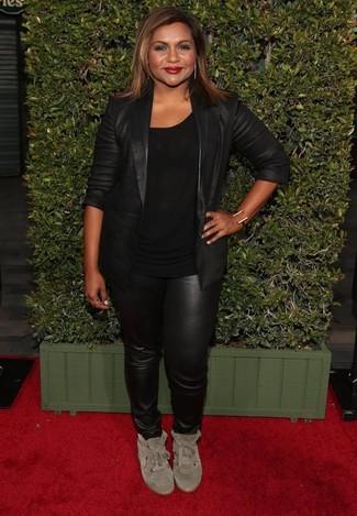 Wie kombinieren: schwarzes Ledersakko, schwarzes T-Shirt mit einem Rundhalsausschnitt, schwarze enge Hose aus Leder, hellbeige hohe Sneakers aus Wildleder