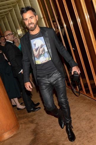 Wie kombinieren: schwarzes Sakko, schwarzes bedrucktes T-Shirt mit einem Rundhalsausschnitt, schwarze Lederjeans, schwarze Chelsea-Stiefel aus Leder