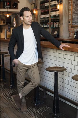 schwarzes Sakko, weißes T-Shirt mit einem Rundhalsausschnitt, beige Chinohose, dunkelbraune Chukka-Stiefel aus Wildleder für Herren