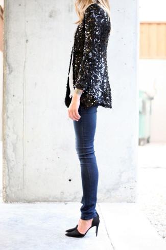 Wie kombinieren: schwarzes Paillettesakko, weißes T-Shirt mit einem Rundhalsausschnitt, dunkelblaue enge Jeans, schwarze Wildleder Pumps