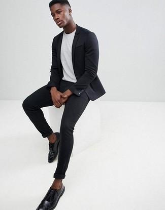 Schwarze enge Jeans kombinieren: trends 2020: Entscheiden Sie sich für ein schwarzes Sakko und schwarzen enge Jeans für ein sonntägliches Mittagessen mit Freunden. Heben Sie dieses Ensemble mit schwarzen Leder Derby Schuhen hervor.